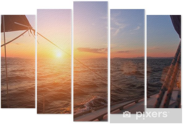 Vijfluik Prachtige zonsondergang in de open zee met zeiljacht. - Landschappen