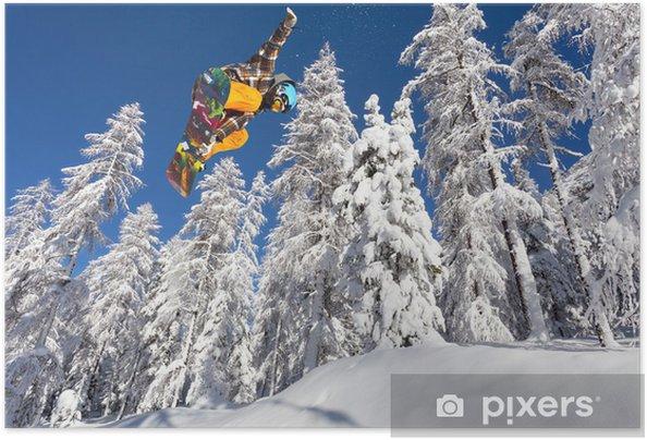 Zelfklevende Poster Ijzige bos met snowboarder in de vlucht - Natuur