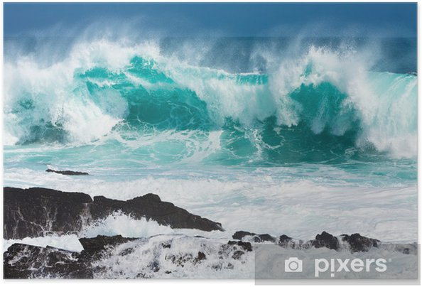 Zelfklevende Poster Turquoise rollende golven slaming op de rotsen -