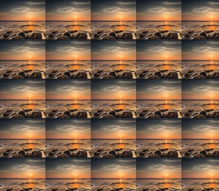 Vinylová Tapeta Vlny a skály na pláži západu slunce - Voda