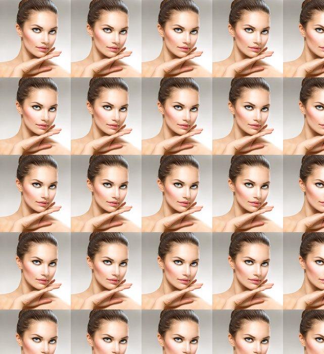 Vinylová Tapeta Krása portrét. Krásné lázeňské žena dotkl její tváře - Životní styl, péče o tělo a krása
