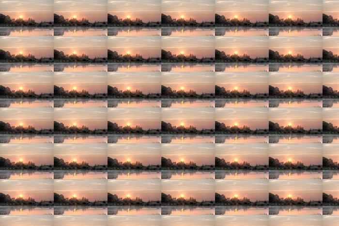 Vinylová Tapeta Slunce stoupá nad rašeliniště - Outdoorové sporty