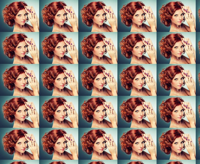 Vinylová Tapeta Model s červenými vlasy stočené -