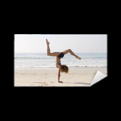 aufkleber frau praktizieren yoga im freien pixers wir leben um zu ver ndern. Black Bedroom Furniture Sets. Home Design Ideas