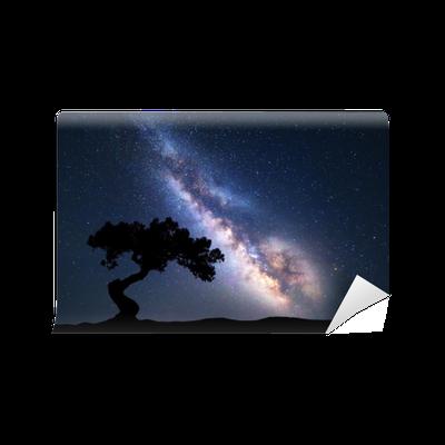 Fototapete Milchstraße Mit Allein Altem Baum Auf Dem Hügel. Bunte  Nachtlandschaft Mit Milchstraße, Himmel Mit Sternen Und Hügeln Im Sommer.  Weltraum ...
