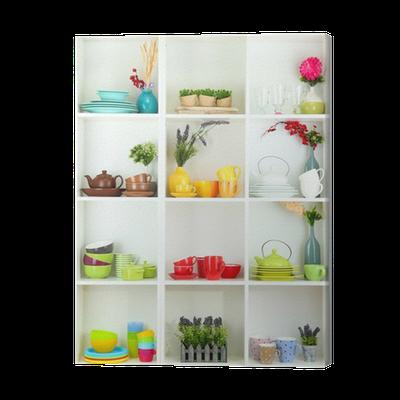 Fototapete Schöne weiße Regale mit Geschirr und Dekoration