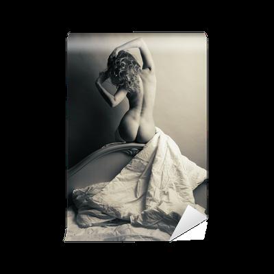 Papier peint blonde nue dans son lit sur un fond gris for Nue dans son salon