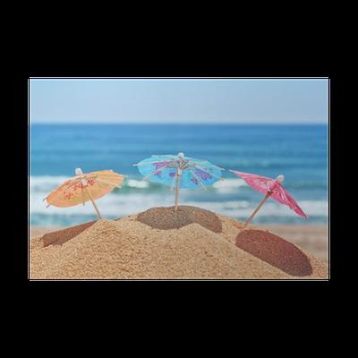 Poster Kleine Sonnenschirme Am Strand Auf Einem Hintergrund Des Meeres Pixers Wir Leben Um Zu Verändern