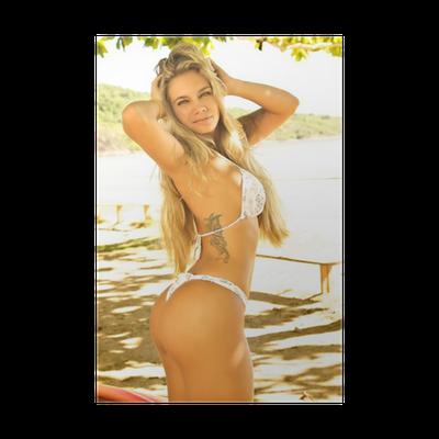 9d049dee7f Poster Modello biondo sexy posa in bikini bianco sulla spiaggia • Pixers® -  Viviamo per il cambiamento