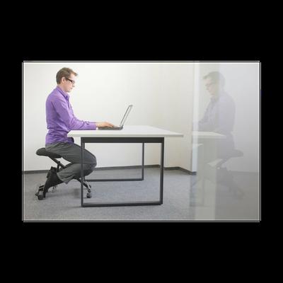 Poster Richtige Sitzposition Am Arbeitsplatz Mann Auf Stuhl Kniend