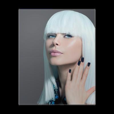 Poster Vogue stile Ritratto di modello. Ragazza con i capelli bianchi e  neri Nails • Pixers® - Viviamo per il cambiamento 2597a5433d16