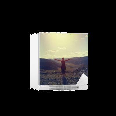 Sticker pour frigo La jeune fille sur le fond de la vallée de montagne • Pixers® - Nous vivons pour changer
