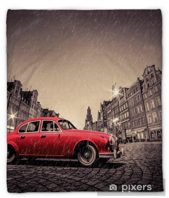 Manta de felpa Coche rojo retro en el casco antiguo histórico de adoquines en la lluvia. wroclaw, polonia. - Hobbies y entretenimiento