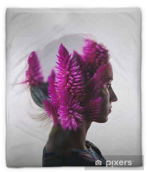 Plyshfilt Kreativa dubbel exponering med porträtt av ung flicka och blommor - Människor