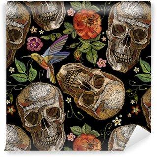 Stickereischädel und -rosen, Summenvogel und nahtloses Muster der Blumen. dia de muertos art, Tag der Toten. gotische Stickerei menschliche Schädel und rote Rosen, Kleidung Vorlage und T-Shirt-Design
