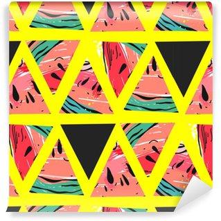 Afwasbaar behang, op maat gemaakt Hand getrokken vector abstracte collage naadloze patroon met watermeloen motief en driehoek hipster vormen geïsoleerd op kleur achtergrond. ongebruikelijke decoratie voor bruiloft, verjaardag, mode weefsel, bewaar deze datum.
