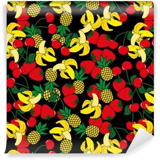 Måttanpassad vinyltapet Sömlöst mönster med gula bananer, ananas och saftiga jordgubbar på svart bakgrund. söt vektor bakgrund. ljus sommar frukter illustration. frukt mix design för tyg och inredning.