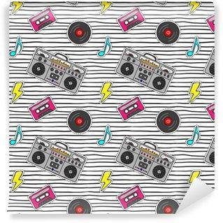 Wzór z naklejkami pop-art z magnetofonem, kaseta, płyta winylowa na nowoczesne tekstury z czarnymi paskami.