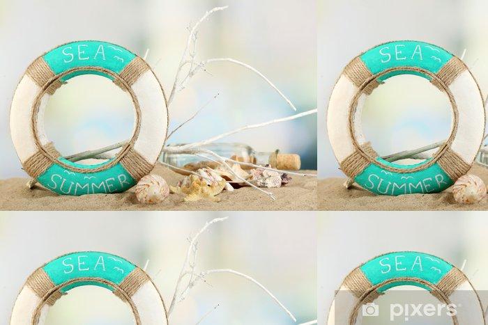 Vinyl Behang Reddingsboei en zee schelpen op zand, op lichte achtergrond - Accessoires en Objecten