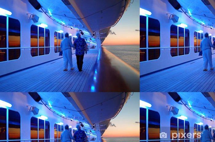 Papel Pintado Estándar Pareja de ancianos caminando en la cubierta del barco de cruceros en la noche - Barcos