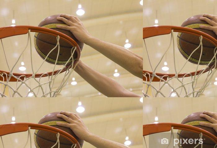 Papier peint à motifs vinyle Panier marquant dans la cour de basket-ball - Thèmes