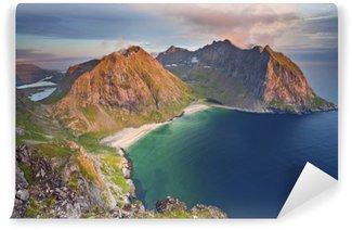 Abwaschbare Fototapete Lofoten. Foto von Kvalvika Strand genommen vom Mount Ryten bei Sonnenuntergang.