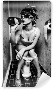 Abwaschbare Fototapete Mädchen sitzt in einer Toilette