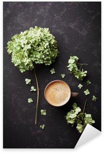Adesivo Pixerstick Composizione con tazza di caffè e fiori secchi ortensia sul tavolo nero d'epoca dall'alto, distesi