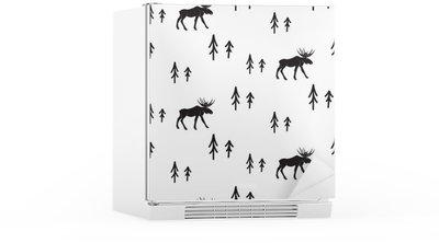Adesivo per Frigorifero Scandinavo stile semplice bianco e nero, cervi seamless. Cervi e pini bianco e nero modello silhouette.