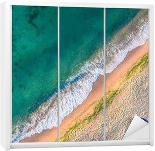 Adesivo de Guarda-roupas Vista aérea das ondas do mar e da areia na praia