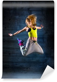 Afwasbaar Fotobehang Dansende vrouw in stedelijke omgeving