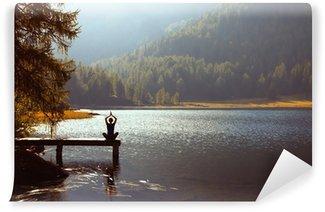 Afwasbaar Fotobehang Meditatie en yoga beoefenen bij zonsondergang