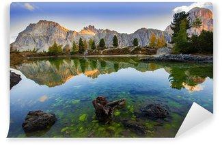 Afwasbaar Fotobehang Prachtig meer in de Dolomieten