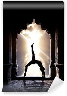 Afwasbaar Fotobehang Yogasilhouet in tempel