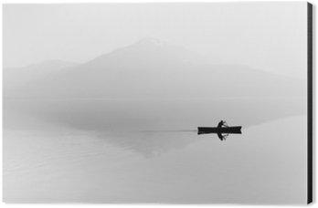 Aluminiumtavla Dimma över sjön. Siluett av bergen i bakgrunden. Mannen flyter i en båt med en paddel. Svartvitt