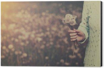 Aluminiumtavla Kvinna med gäng maskros blommor i handen