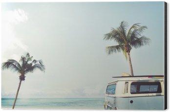 Aluminiumtavla Vintage bil parkerad på tropisk strand (havet) med en surfbräda på taket - Fritids resa i sommar