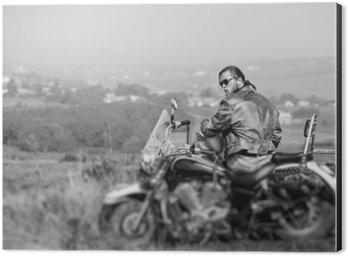 Alüminyum Baskı (Dibond) Sakal giyen deri ceket ve güneş gözlüğü kask tutan, güneşli bir günde yaptığı motosiklet üzerinde oturan Brutal bisikletçinin. Yatay resim. Arkadan görünüm. Tilt shift lens bulanıklığı etkisi. Siyah ve beyaz