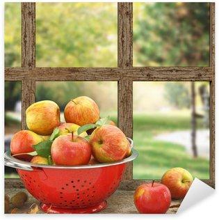 Pixerstick Aufkleber Äpfel im Küchensieb auf Holz-Fenster mit Aussicht