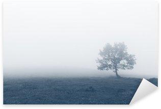 Pixerstick Aufkleber Einsamer Baum mit Nebel