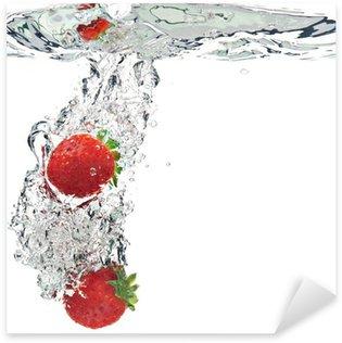 Pixerstick Aufkleber Erdbeeren werden in Wasser getropft