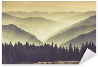 Pixerstick Aufkleber Landschaft des nebligen Berg Hügel.
