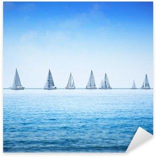 Pixerstick Aufkleber Segelboot-Regatta-Yacht-Rennen am Meer oder Meerwasser