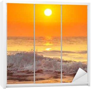 Autocolante para Roupeiro Nascer do sol e as ondas que brilham no oceano