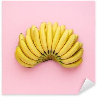 Autocolante Pixerstick Vista de cima de bananas maduras em um fundo rosa brilhante. estilo minimalista.