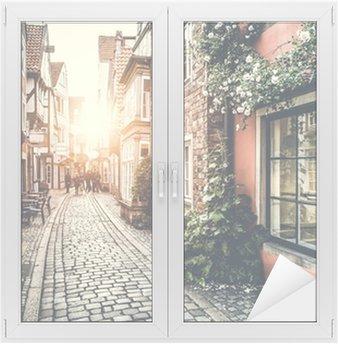 Cam ve Pencere Çıkartması Retro Vintage etkisi ile gün batımında Avrupa'da tarihi sokak