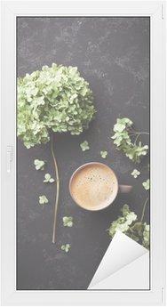 Cam ve Pencere Çıkartması Siyah bağbozumu masada kahve fincan Kompozisyon ve kurutulmuş çiçekler ortanca yukarıda düz yatıyordu