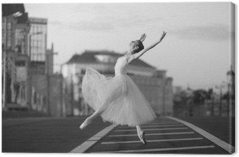 Canvas Ballerina dansen in het centrum van Moskou in de ochtend