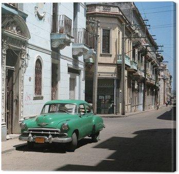 Canvas De auto wordt geparkeerd in het oude centrum van Havana