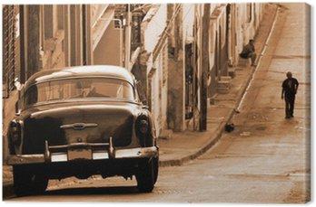 Canvas Een klassieke auto in een straat, Cuba